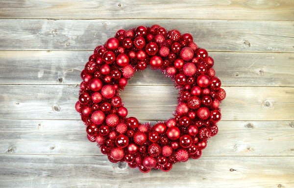 Різдвяний вінок, зроблений з одних лише кульок