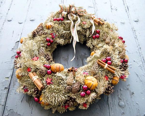 Можна вплести в хвою палички кориці, зірочки анісу, невеликі мандаринки та інші ароматні фрукти, прянощі або навіть квіти