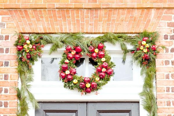 Традиційний варіант - повісити різдвяний вінок на вхідні двері або над нею