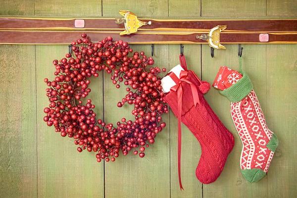 У будинку вінок стане вдалим доповненням до інших новорічним прикрасам