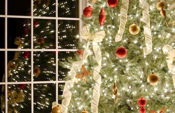 новорічна ялина прикрашена бантами