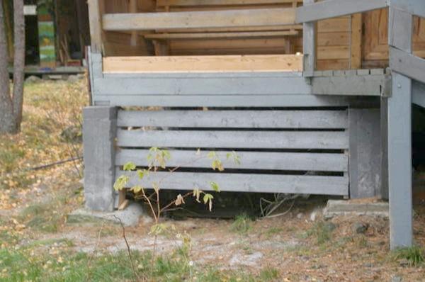 бетонні & amp; amp-amp-laquo-стовпчики & amp; amp-amp-raquo- можна ставити на більш широку подушку.