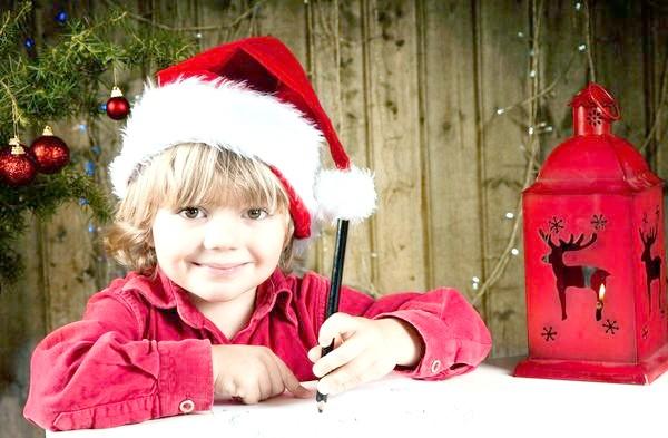дитина пише лист дідові морозу