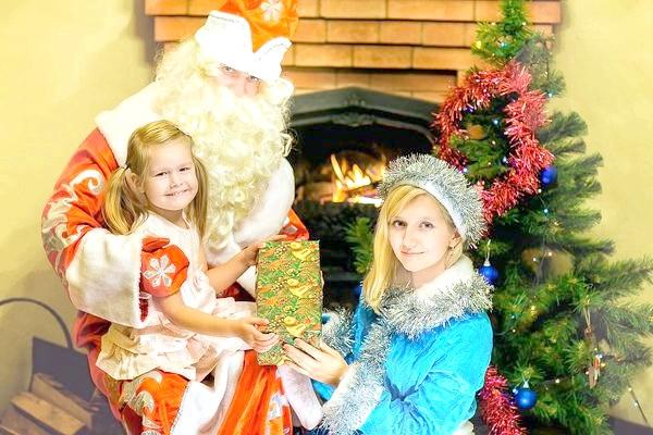 дід мороз і снігуронька в гостях у дівчинки