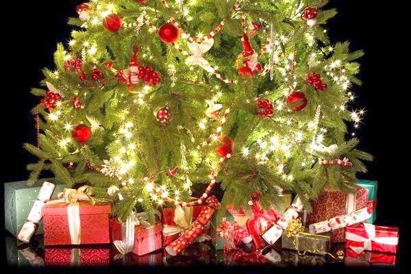новорічна ялина з подарунками