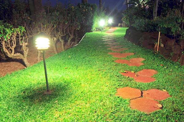 А по дорозі від лазні до будинку можна встановити садові світильники