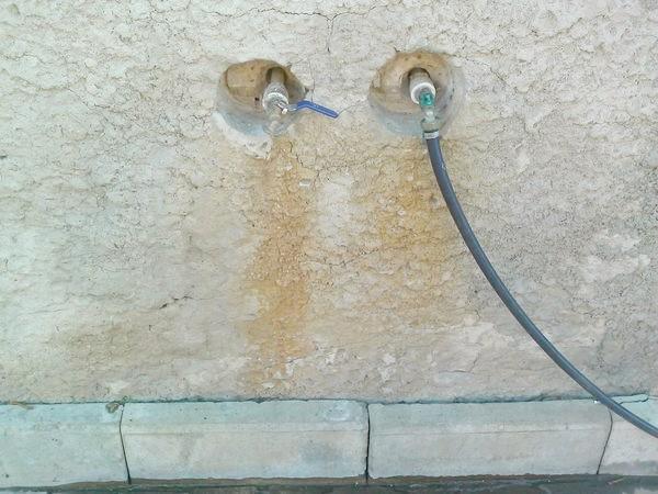 плями від води на фундаменті