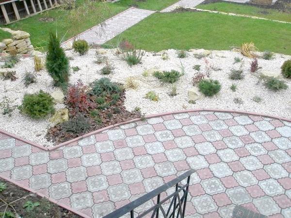 Тротуарна плитка в саду