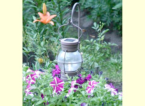 Ліхтар садовий, посвечівающій квітник