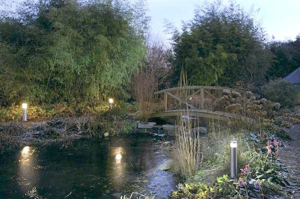 Садові світильники на березі струмка