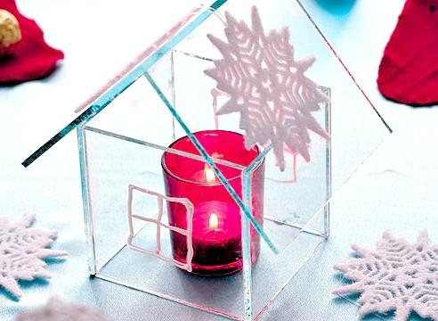 Свічка у скляному будиночку зі сніжинкою