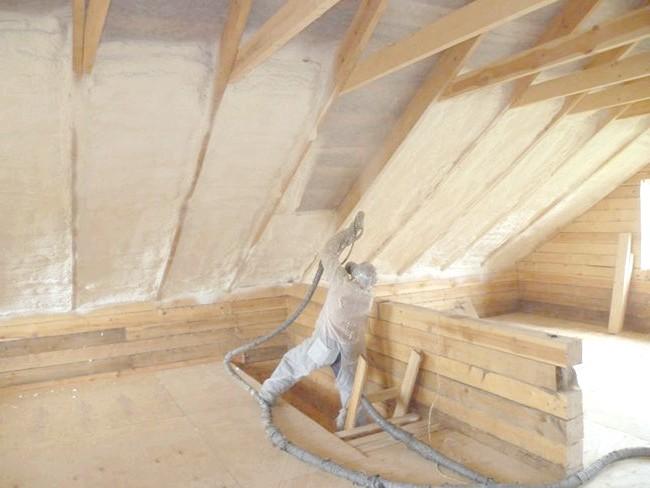 На фото показано як утеплити дах будинку зсередини