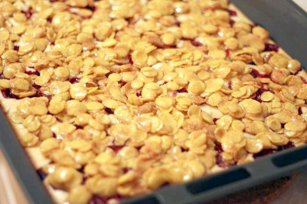 Вишневий пиріг з кукурудзяними пластівцями.