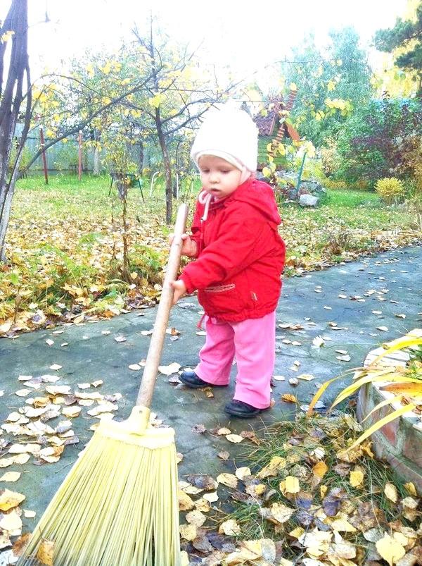 Маленька помічниця наводить чистоту на дачі)