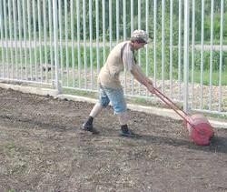 Фото - Навіщо потрібен каток для газону, і як його зробити своїми руками