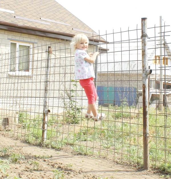 дитина на паркані