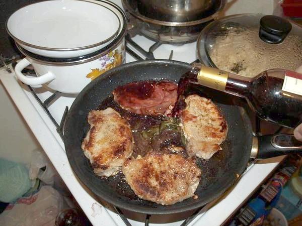вино додаємо у м'ясо