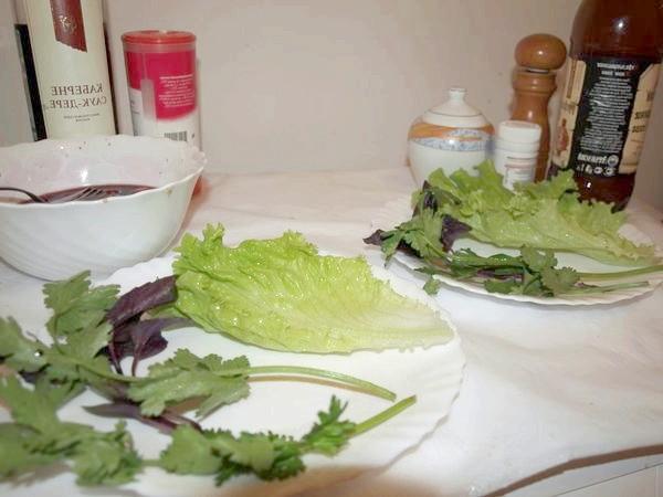 розкладаємо зелень на тарілці