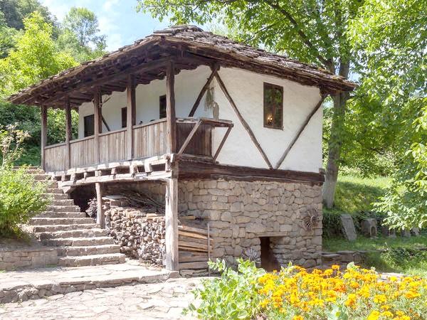 Зберігати дрова можна під сходами