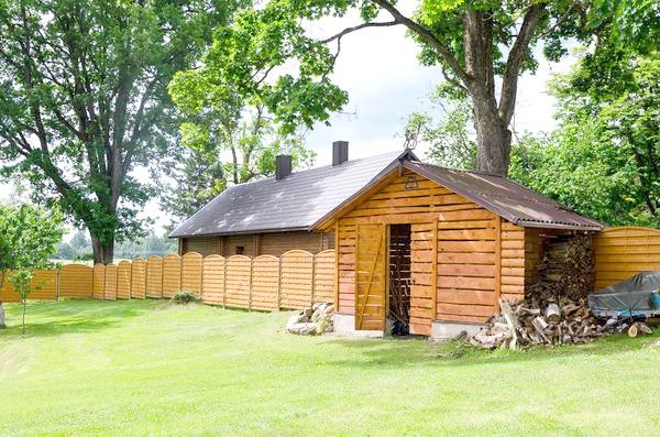 Зберігати дрова можна в сараї