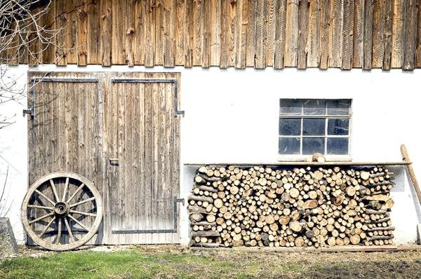 Де і як зберігати дрова на дачі