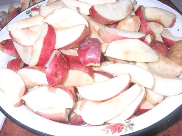 Яблука часточками.