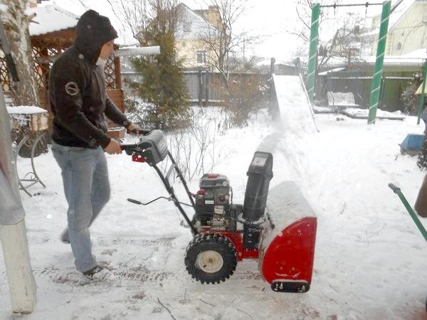 викид снігу з снігоочисника