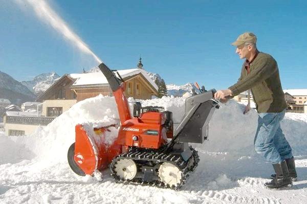 Гусеничний снегоуборщик