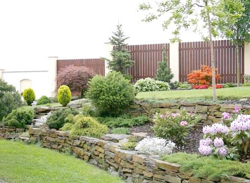 Садова композиція, підпірна стінка