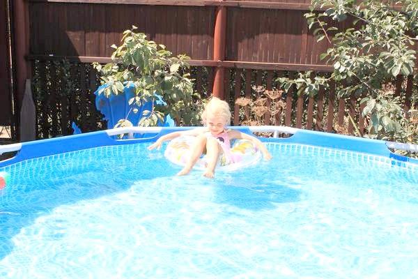 освітлена вода в басейні
