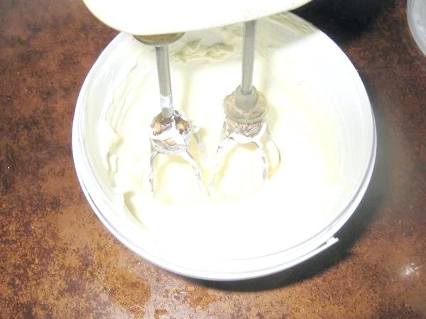 Збиваємо сметану з цукром і додаємо розчинений желатин.