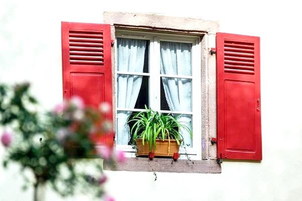 Знизу віконниці глухі, а зверху - гратчасті