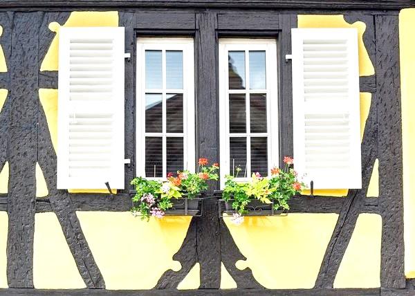 Чи не забудьте передбачити спосіб фіксації віконниць у відкритому вигляді