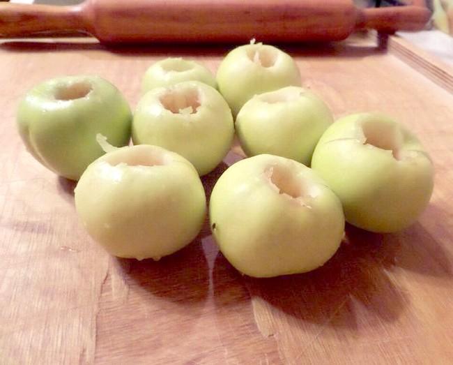 Прибираємо в яблуках серцевину і наповнюємо її медом з корицею