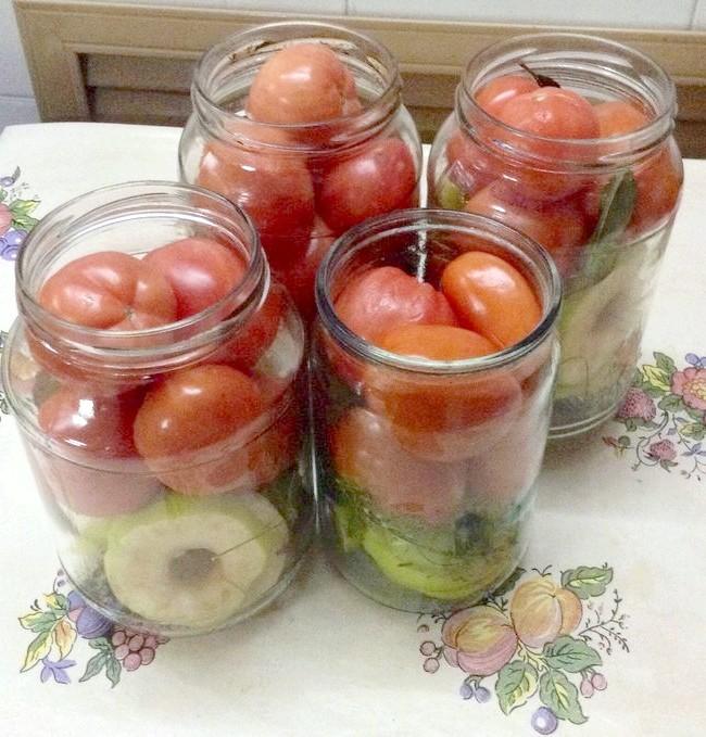 Спеції, яблука і помідори вже чекають заливки