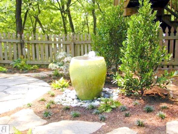 Мініатюрний фонтанчик в саду