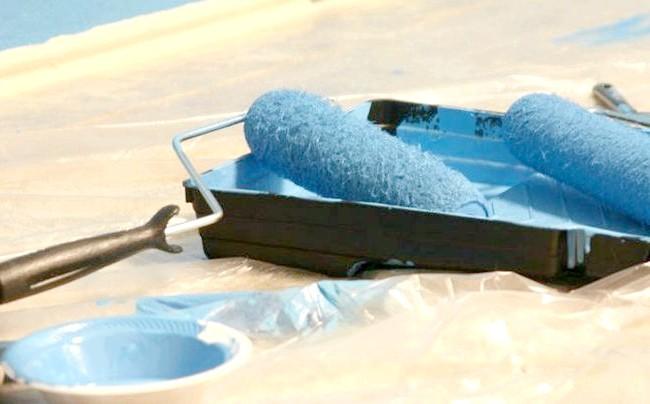 Фотографія інструментів для фарбування стелі водоемульсійною фарбою