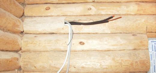На фото штроб в стіні дерев'яного будинку, kostromaplotnik.ru